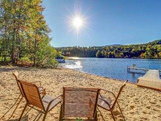 Beautiful and spacious condo w/ shared pool, lake access - close to skiing