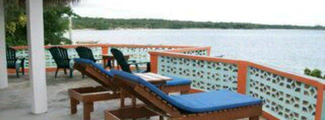Grande deck com mobiliário de exterior com vista sobre o oceano