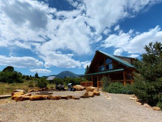 Gorgeous Romantic Lodge with BBQ, Campfire, and Kitchen by Canyonlandslodging