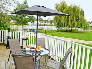 Stylish pet-friendly lakeside retreat in the Cotswold Water Park