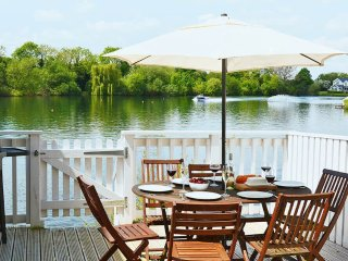 Swan Lake Lodge - Holiday Cottages in Cotswold Water Park