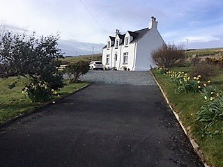 SPACIOUS TRADITIONAL COTTAGE WITH AMAZING SEA VIEWS, holiday rental in Waternish
