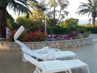 Villa a 300 mt. dal mare fino a 5 p.letto con verande e giardino.