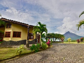 Luxury home w/ fantastic views of Lake & Volcano. Pool & Hot Tub access.