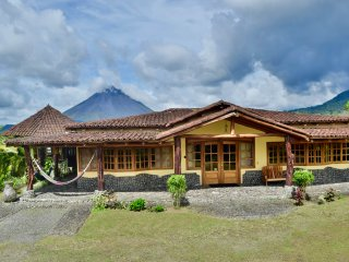 Wide Luxury Home w/ fenomenal views of Arenal Lake & Volcano. Pool & Jacuzzi.