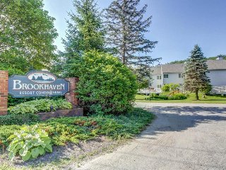 Cozy condo w/ shared seasonal pool, mountain views, & winter shuttle to Okemo!