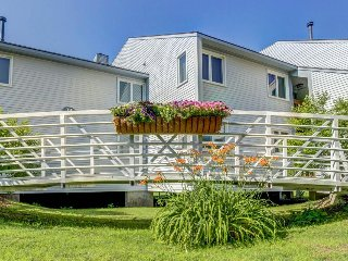 Family-friendly condo 1 mile from Okemo on shuttle route - seasonal shared pool!