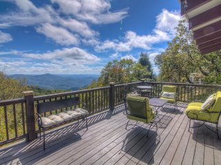 Charming 2BR Blowing Rock Mountain Cottage with Big Views, Level Entry, Fenced