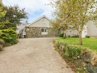 GLAN FELIN, pet friendly, wood burners, exposed beams, garden with stream, in Ab