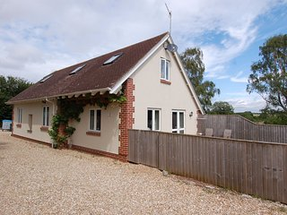 THE ROOST, smart, detached cottage for two, close to beaches.
