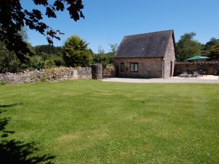 THE GARDEN COTTAGE, detached cottage for 4 with extensive garden