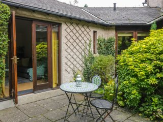 DOE FOOT COTTAGE, breakfast bar, en-suite bedroom, beautiful garden, in Ingleton