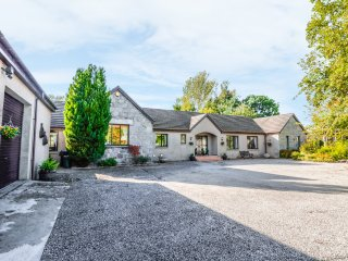 STONEGABLES, spacious accommodation, pet friendly, garden with BBQ, Aberdeenshir