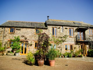 DOWN FARM BARN, magnificent family farmhouse, wood burning stove, home cinema, A