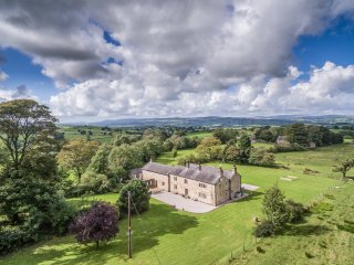 WILKINSON FOLD, games room, woodburners, countryside getaway, Clitheroe, Ref 956