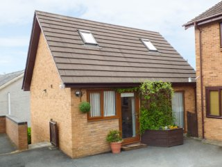 PENYLODGE, Hot tub, open plan, pet friendly, enclosed garden, in Builth Wells, R