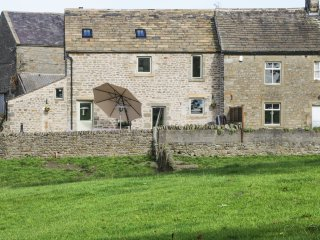 SKIRBECK COTTAGE, exposed wooden beams, countryside views, hot tub, Ref 944587