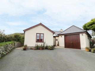 MANAROS COTTAGE, wheelchair-friendly, countryside views, Aberdaron