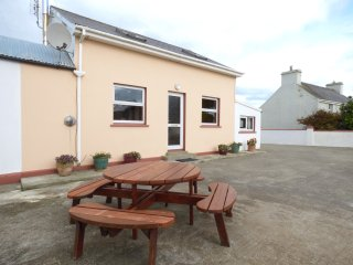 OCEAN VIEW, pet friendly, country holiday cottage, with a garden in Skibbereen,