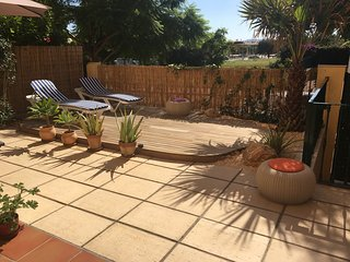 Wonderful Sunny, 2 Bed Garden Flat, Pool, Jacuzzi, Gym, UKTV, WIFI, near Port.