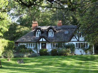 PrettyThatched Cottage in enchanting Cookham Village