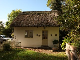CosyThatched Guesthouse in gorgeous Cookham Dean Village Berkshire