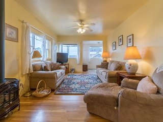 Historic Nye Beach cottage close to shopping great places to eat oceanviews