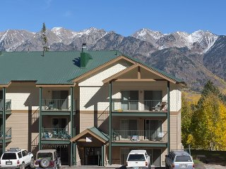Retreat in the Mountains Walk to Summer Activities Ski Lifts Dining and Shopping
