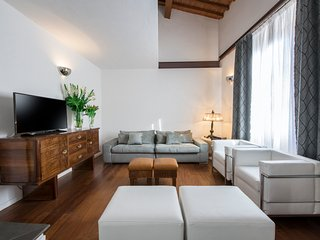 Elegant Two Bedroom next to the Duomo