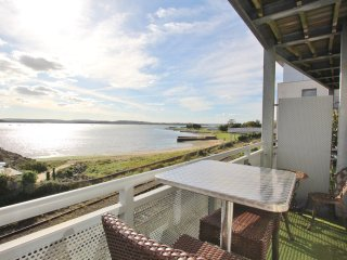 Island View - Stunning Waterside Apartment