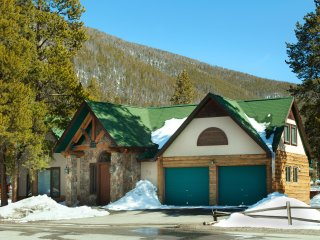 Stay here and kids ski free! 4Br+ Den House on shuttle route ~ RA134242