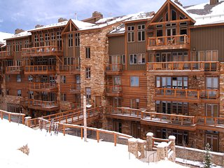 Luxury 3Br Ski In-Out Condo/Firepit, pool, sauna