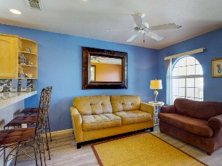 Cheery condo w/shared pool within walking distance of beach!