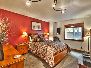 Mtn Getaway by Main Street and Town Lift- LOCAL OWNER - Pool - Hot Tub - WIFI-