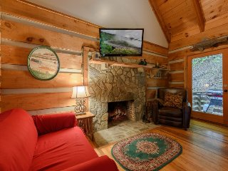 Cozy 1BR Creekside Cabin in Valle Crucis, near Watauga River, with a Fireplace