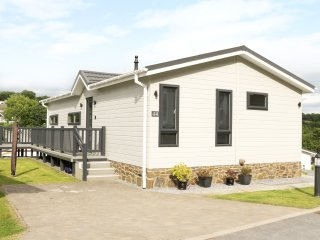 LODGE 44, detached, decked veranda, open plan living, in Stepaside, Ref. 955238