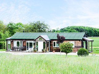 NEWTON RETREAT, detached, single-storey cottage, en-suites, woodburner, superb s
