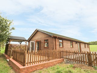 KINGFISHER LODGE, views of fishing lake, decking with hot tub, open-plan, near