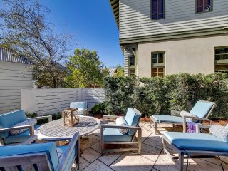 Comfortably Chic--Great Outdoor Courtyard-Steps to the Beach andTown Center