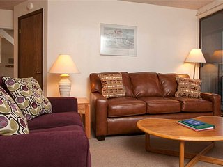 1 bedroom ski-in condo w/ hot tubs, quick walk to shopping/dining!