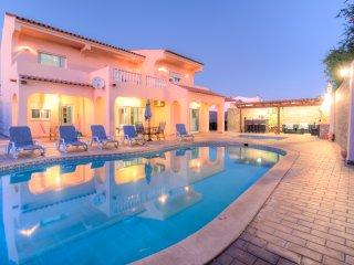 V5 Grey -casa com 5 quartos snooker e piscina privada para 12px em Vilamoura