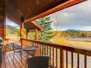 Cozy, modern retreat w/ gas fireplace, shared hot tub & Dillon Reservoir views