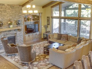 Stunning, upscale lodge w/ private hot tub & typical home comforts