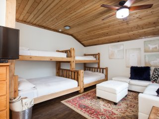 Black Bear Suite/Full Kitchen, Out-Door Hot-Tub & TONS of Parking!