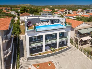 New Luxury Holiday Villa with top floor Infinity Pool and beautiful Sea View