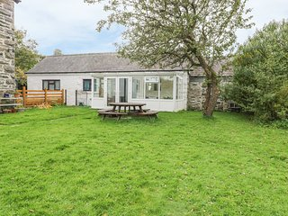 DYFFRYN BACH, traditional bungalow, conservatory, modern kitchen,near Corwen