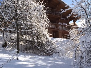 Luxury chalet, fast access to slopes, hot tub, 7 mins walk to centre of Morzine