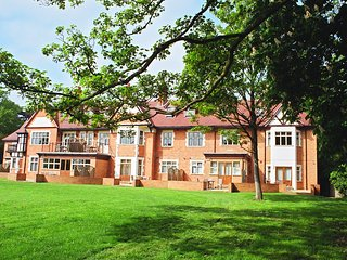 One bedroom apartment situated in gated complex on River Thames