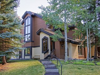 Spacious Townhome, Steps from Ski Trails (208443 - 9414)