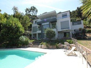 Exceptionnel! Villa sur 3 étages/ Piscine/ Barbecue